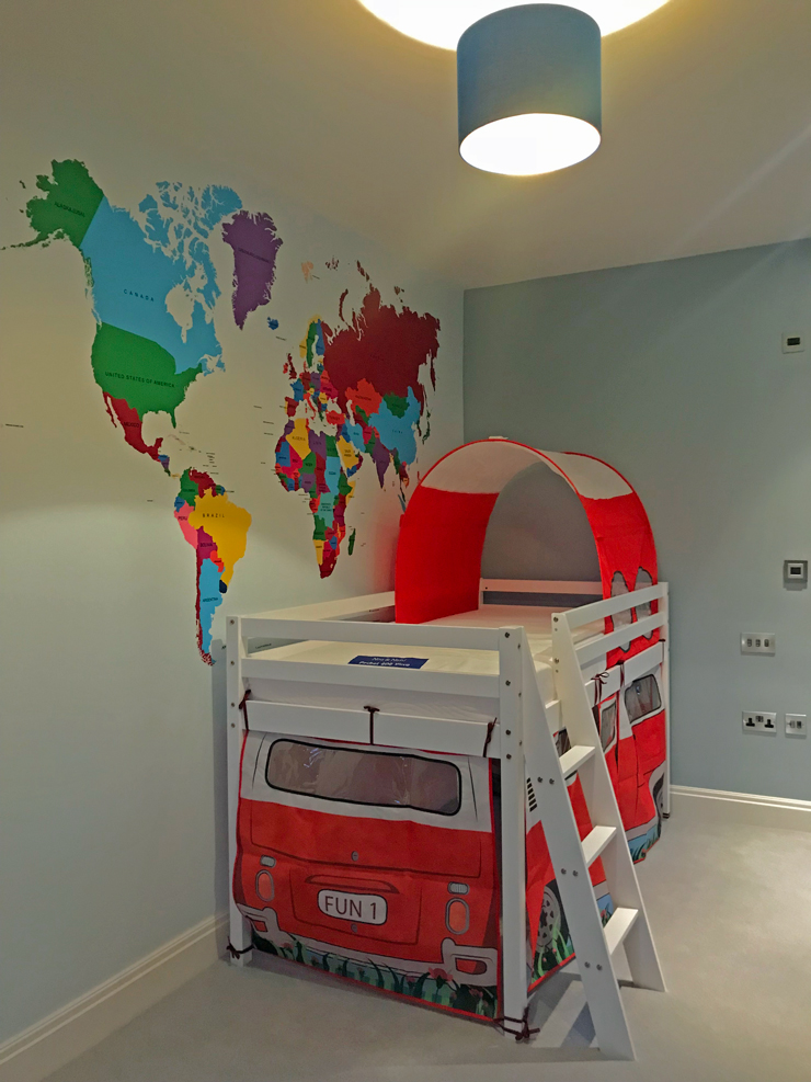 map-wallpaper-in-little-boys-bedroom