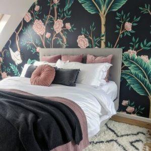 chinoiserie wallpaper in bedroom