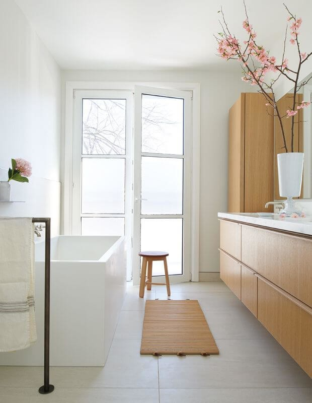 natural wood, white and pink flowers in minimalist bathroom design