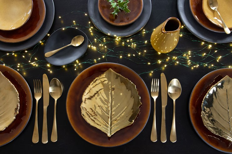 gold christmas table decorations with gold leaf plates