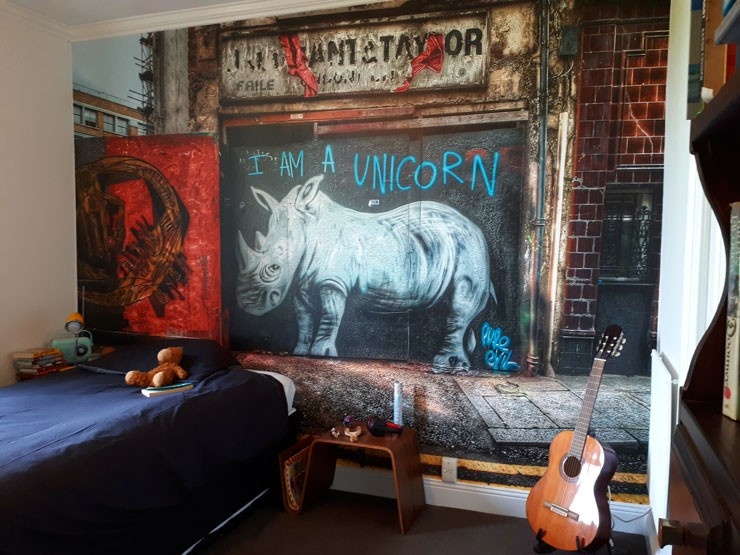 graffiti-wallpaper-in-teen-bedroom