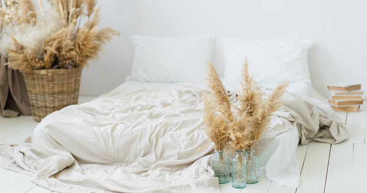 white bed and pampas grass bedroom#